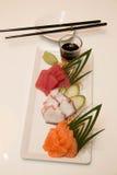 Plateau des sushi de sashimi avec le thon et les saumons Photos stock