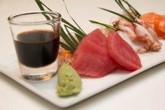 Plateau des sushi de sashimi avec le thon et les saumons Photographie stock libre de droits
