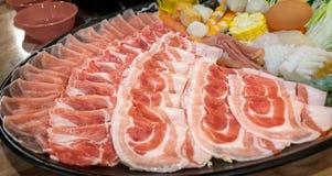 Plateau des tranches de viande pour le pot chaud et le Sukiyaki photos stock