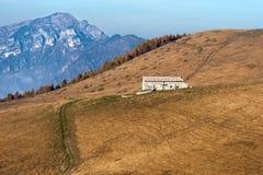 Plateau di casa della vecchia azienda agricola di Lessinia Italia Fotografia Stock