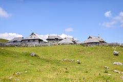 Plateau di planina di Velika, Slovenia, paesino di montagna in alpi, case di legno nello stile tradizionale, escursione popolare Fotografia Stock Libera da Diritti