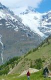 Alpi montagna e donna di estate sulla passeggiata Immagini Stock