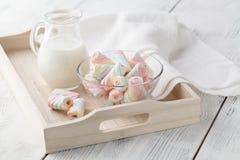 Plateau en bois avec une tasse de lait et de guimauve Images stock