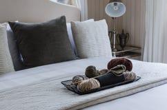 Plateau en bois de crochet sur le lit Photos stock