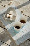 Plateau en bois de vintage avec la tasse de thé de porcelaine avec des guimauves de thé et de blanc image libre de droits