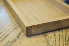 Plateau en bois fait main sur la table brune pour le fond ou la texture photographie stock