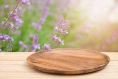 Plateau en bois vide sur la table en bois de perspective sur le dessus au-dessus de la tache floue f Photo stock