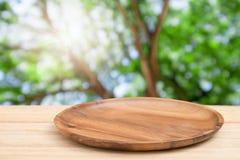 Plateau en bois vide sur la table en bois de perspective sur le dessus au-dessus de la tache floue n Image stock