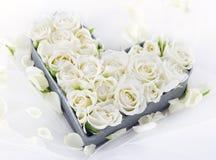 Plateau en forme de coeur complètement des roses blanches de mariage Photographie stock