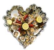 Plateau en forme de coeur de fruits de mer Image stock