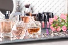 Plateau en métal avec des bouteilles de parfum Photos stock