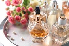 Plateau en métal avec des bouteilles de parfum Photo libre de droits