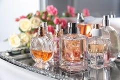 Plateau en métal avec des bouteilles de parfum Photographie stock