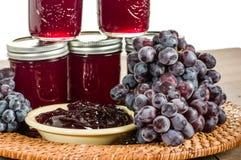 Plateau en osier avec des raisins et la gelée Photos stock