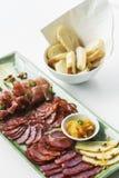 Plateau espagnol de tapas de saucisse et de fromage de chorizo de jambon de serrano Images stock