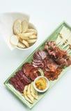 Plateau espagnol de tapas de saucisse et de fromage de chorizo de jambon de serrano Photo stock