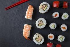 Plateau et baguettes de sushi Images libres de droits
