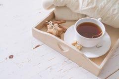 Plateau et chandail de thé Photographie stock libre de droits