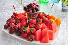 Plateau mélangé de fruit avec les fruits assortis sur un fond blanc Image libre de droits