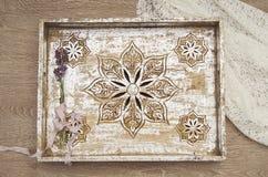 Plateau peint métallique sur la dentelle et le bois image libre de droits