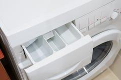 Plateau pour la poudre à laver dans la machine à laver photos libres de droits