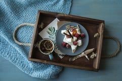 Plateau pour un petit déjeuner romantique d'un arbre avec la tisane et l'a Photos stock