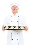 Plateau souriant de traitement au four de fixation de cuisinier avec des biscuits Image libre de droits