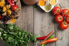 Plateau végétal grillé coloré de générosité sur la casserole en bois Copiez l'espace Photographie stock libre de droits