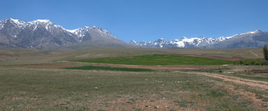 Plateau verde e montagne rocciose Immagini Stock Libere da Diritti