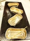 Plateau vide en métal Petit format rectangulaire utilisé pour des olives, des sardines et d'autres produits Image présentée du pl image stock