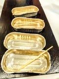 Plateau vide en métal Petit format rectangulaire utilisé pour des olives, des sardines et d'autres produits Image présentée du pl images stock
