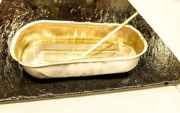 Plateau vide en métal Petit format rectangulaire utilisé pour des olives, des sardines et d'autres produits Image présentée du pl photos libres de droits