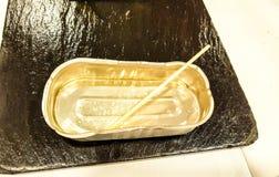 Plateau vide en métal Petit format rectangulaire utilisé pour des olives, des sardines et d'autres produits Image présentée du pl photos stock