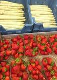 Plateaux avec les fraises fraîches et l'asperge blanche photos stock