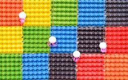 Plateaux colorés d'oeufs de fond photographie stock
