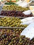 Plateaux complètement des olives vertes délicieuses photographie stock