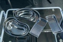 Plateaux d'instrument chirurgical d'acier inoxydable de diverses tailles photographie stock
