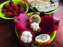 Plateaux exotiques de fruit photos stock