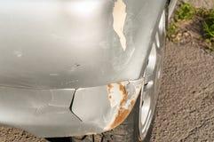 Platee el coche dañado en accidente o la colisión del desplome con la pintura rasguñada y el cuerpo abollado del metal del parach imágenes de archivo libres de regalías