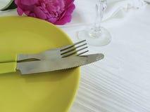 Platee la boda romántica del abastecimiento del banquete de la peonía de la flor en el fondo de madera blanco Fotos de archivo libres de regalías