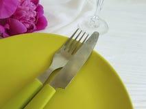 Platee la boda romántica del abastecimiento de la plantilla del banquete de la peonía de la flor en el fondo de madera blanco Fotos de archivo