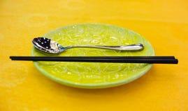 Platee los palillos y la cuchara Imagen de archivo