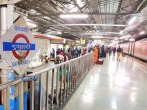 Platefarm della stazione ferroviaria di Guwahati fotografia stock