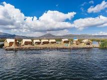 Plateform tubulaire de flottement par des personnes d'uru au sout du Lac Titicaca Pérou photos libres de droits