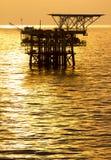 Plateforme pétrolière au lever de soleil Photos stock