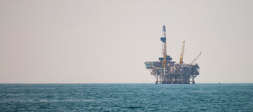 Plateforme pétrolière dans l'océan pacifique Image stock