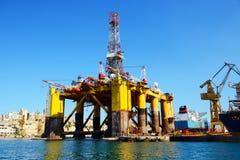 Plateforme pétrolière dans la réparation image stock