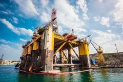 Plateforme pétrolière dans la réparation images libres de droits