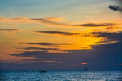 Plateforme pétrolière de flottement sur le coucher du soleil de mer Hainan, Chine images stock