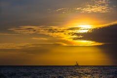 Plateforme pétrolière de flottement sur le coucher du soleil de mer Hainan, Chine photos libres de droits
